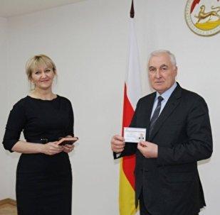 Леониду Тибилову вручили удостоверение кандидата в президенты