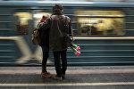 Молодые люди на платформе станции метро