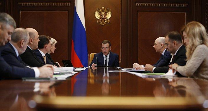 Премьер-министр РФ Д. Медведев провел совещание о страховых взносах во внебюджетные фонды