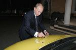 Владимир Путин оставил автограф на капоте автомобиля Лада Калина