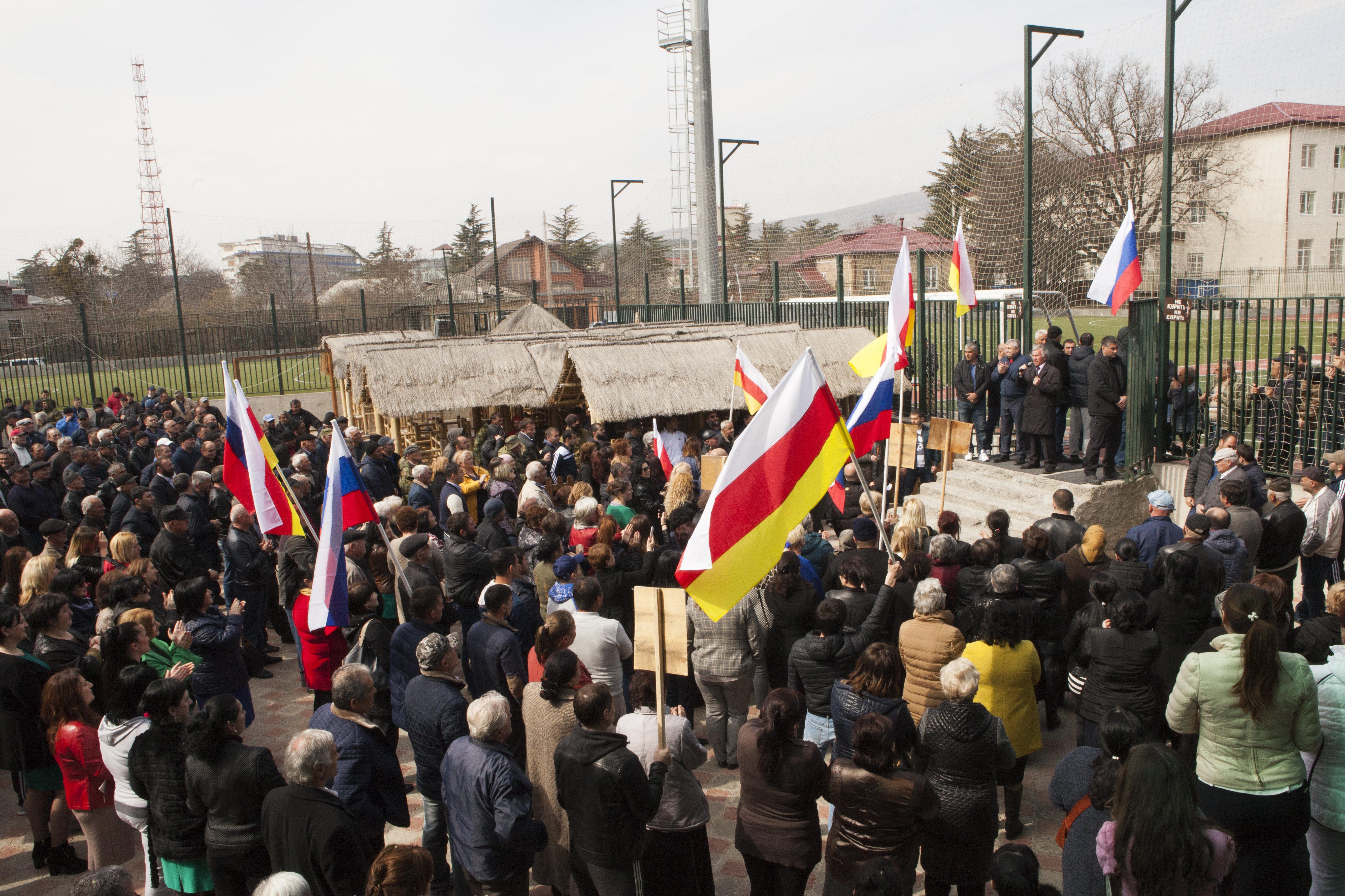 Сторонники экс-президента Эдуарда Кокойты собрались на митинг