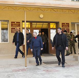 Эдуард Кокойты у здания ВС Южной Осетии