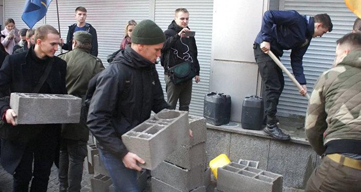 В Киеве забаррикадировали дочку Сбербанка