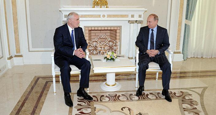 В.Путин встретился с Л. Тибиловым, архивное фото