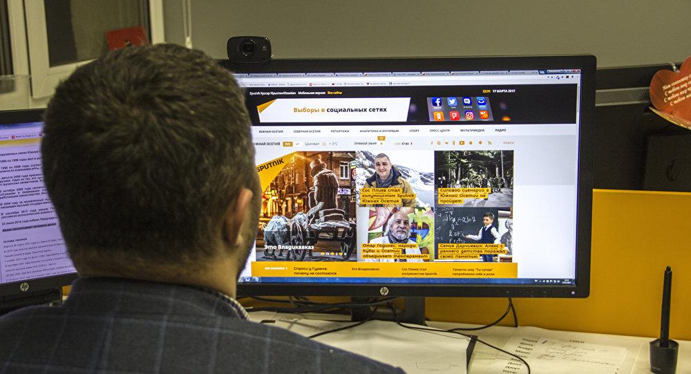 Пользователь смотрит сайт Спутник
