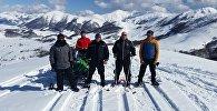 Лери Тедеев с друзьями на одном из горных склонов Южной Осетии