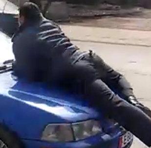 Снова милиционер на капоте — видео очевидца, снятое в Бишкеке сегодня