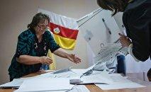 Подсчет голосов на выборах в Южной Осетии, архивное фото