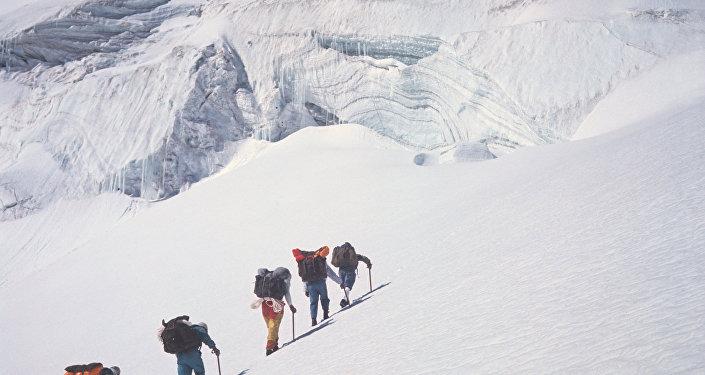 Альпинисты во время восхождения на пик Ленина
