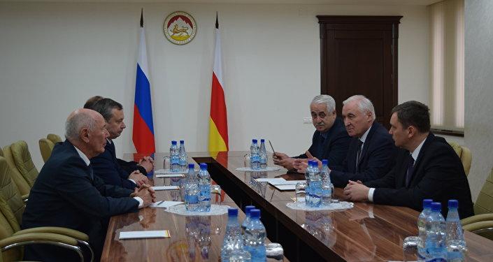 Леонид Тибилов встретился  с новым руководителем погрануправления