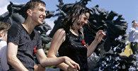 Юноша и девушка около фонтана