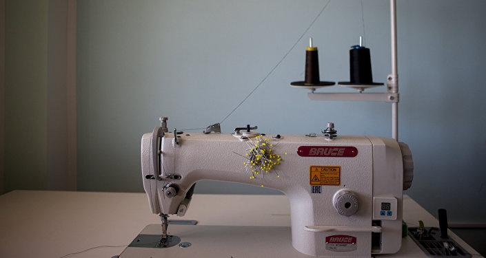Главный инструмент любого дизайнера-швейная машинка