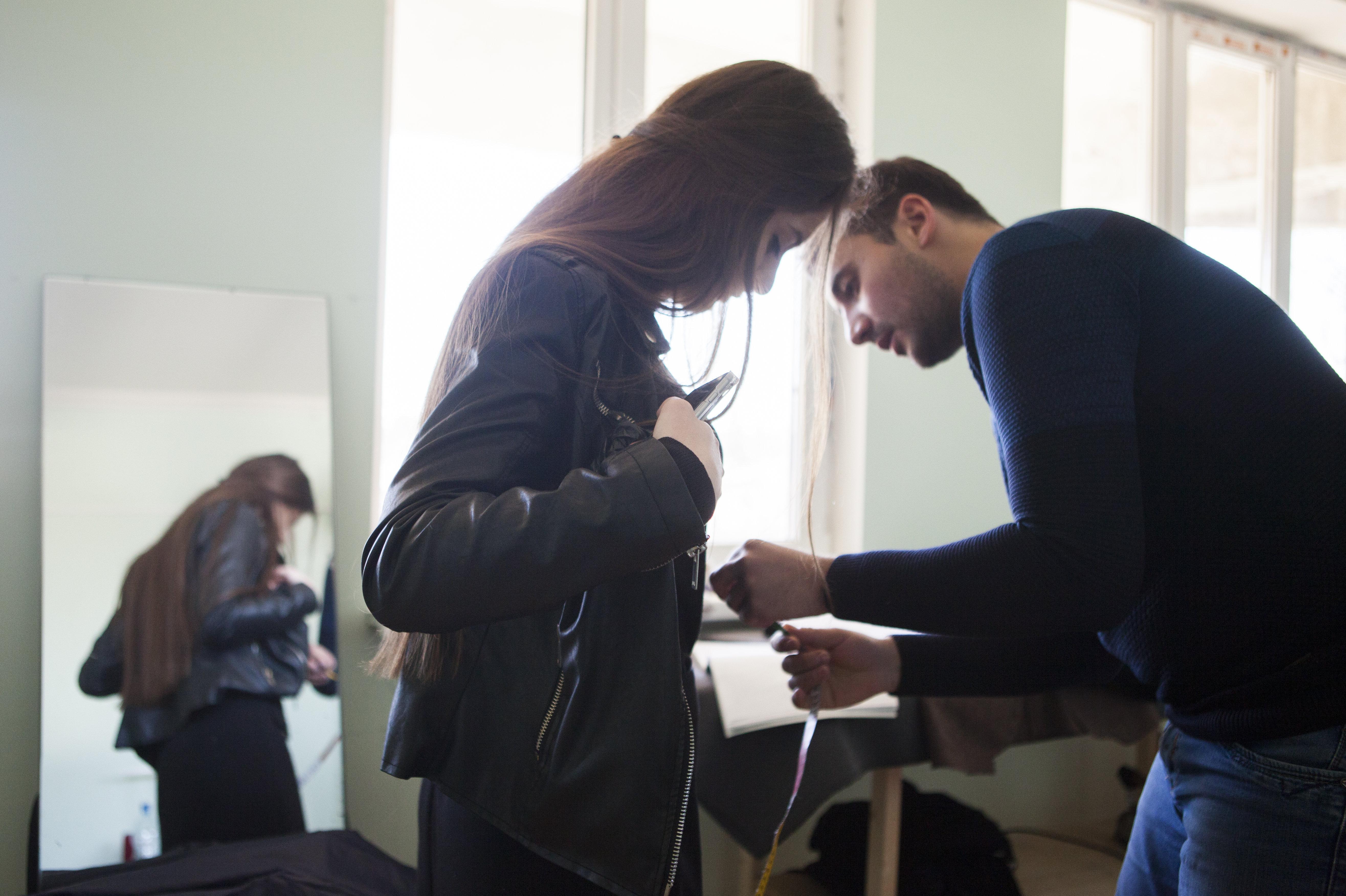 Вадим снимает мерки с клиентки