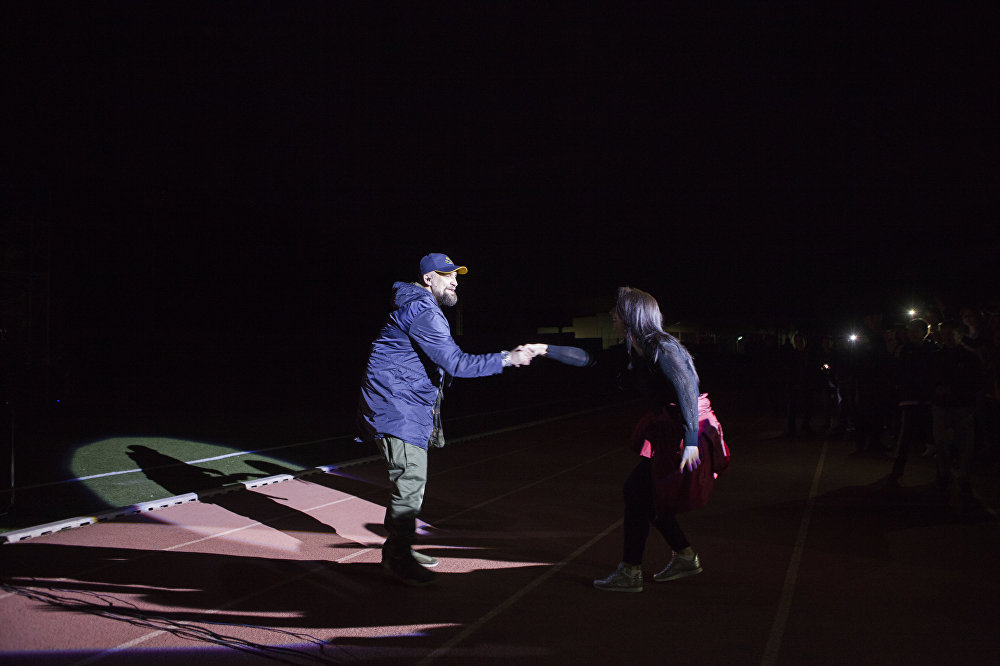 Поклонница не упустила момента, чтобы пожать руку музыканту