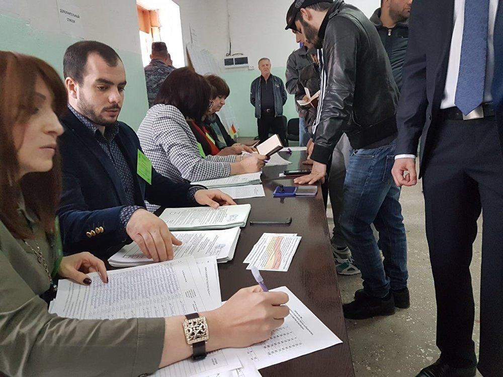 Голосующим выдают по два бюллетеня - по выборам президента, и по референдуму