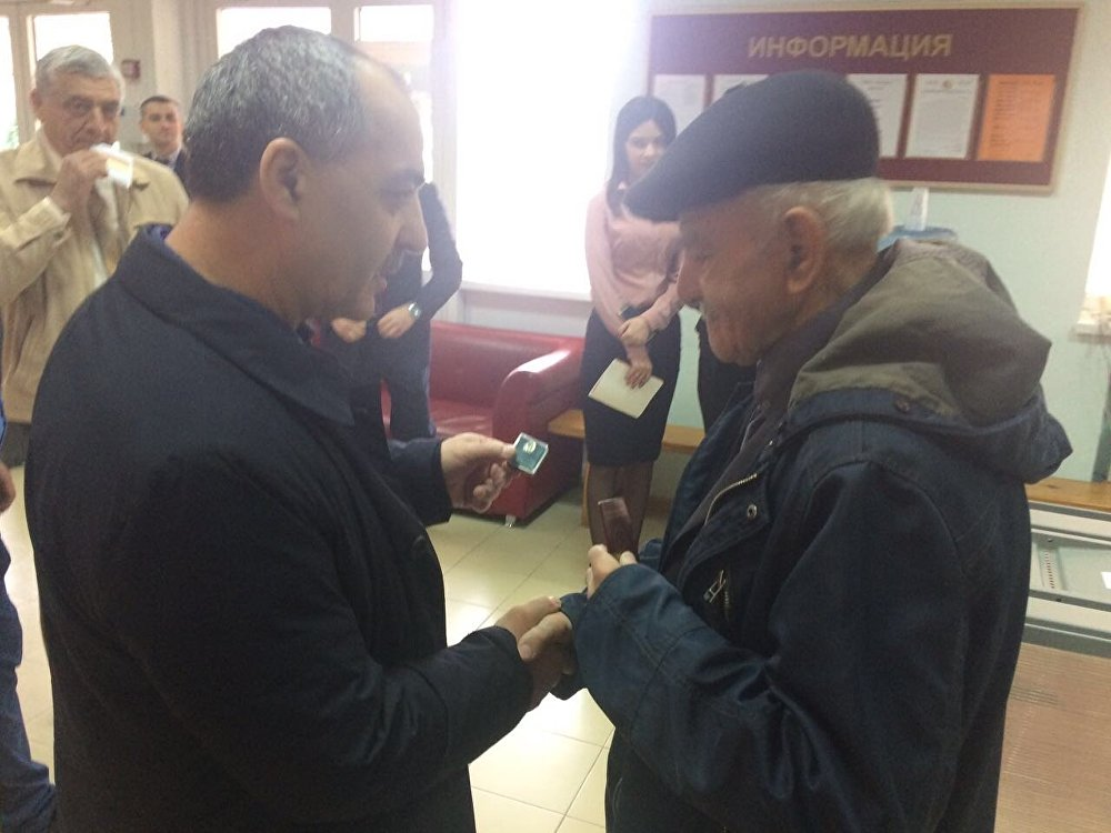Первым избирателям на участках дарят специальные значки