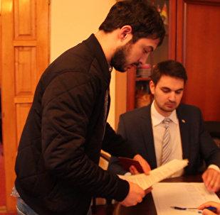 Под осетинскую музыку и фотографируясь: как голосовали осетины в Абхазии