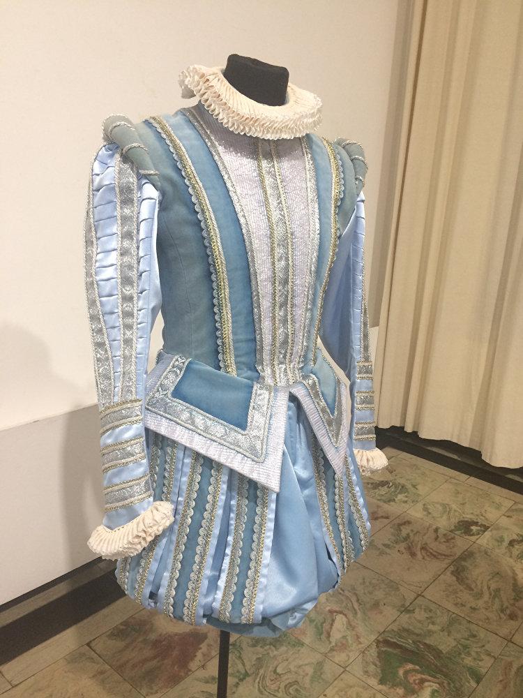 На выставке представлены экспозиционные образцы – копии тех костюмов, которые филиал делал для Санкт – Петербурга.