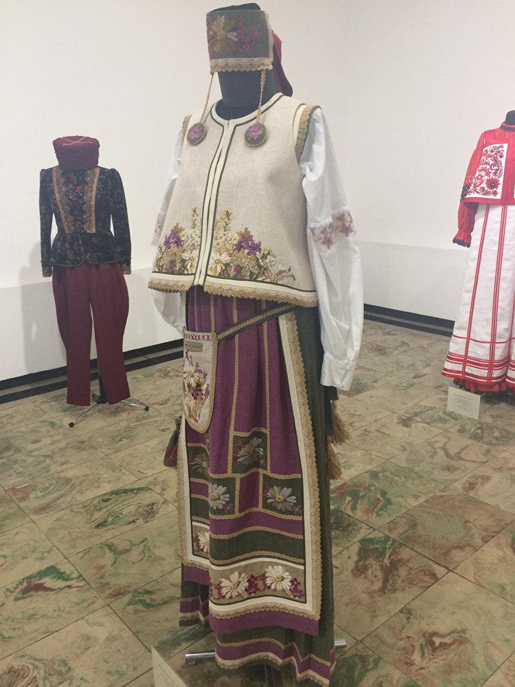 Женский костюм Поле. Вся вышивка на платье была сделана вручную
