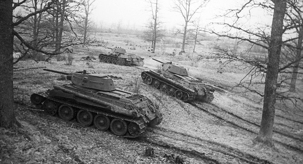 Танки Т-34 выходят на боевой рубеж