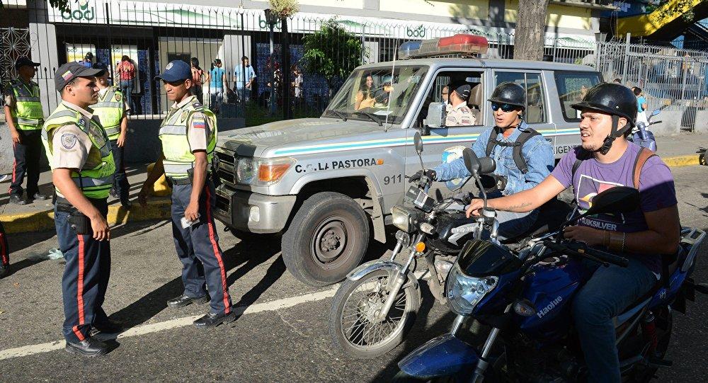 Полицейские на улице столицы Венесуэлы Каракаса