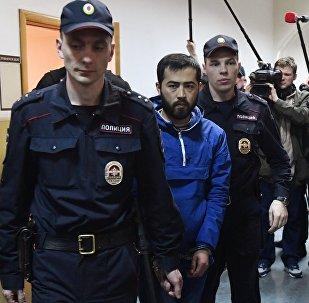 Подозреваемый в соучастии в организации теракта в Петербурге Акрам Азимов (в центре)
