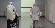 Сотрудники больницы транспортируют пациентов