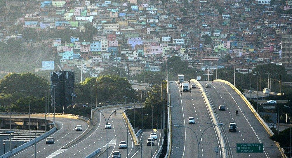 Автомобильная магистраль на фоне венесуэльской столицы Каракас