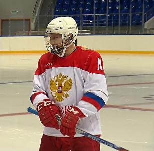 Путин играет в хоккей
