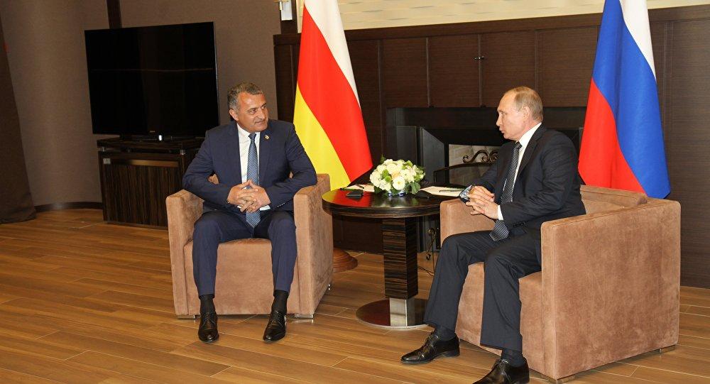 Путин обсудил сБибиловым инвестиции вЮжную Осетию