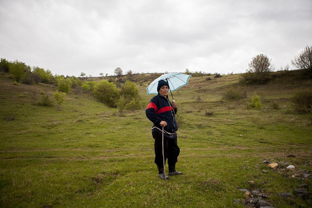 Жительница села Вахтана пасет коров