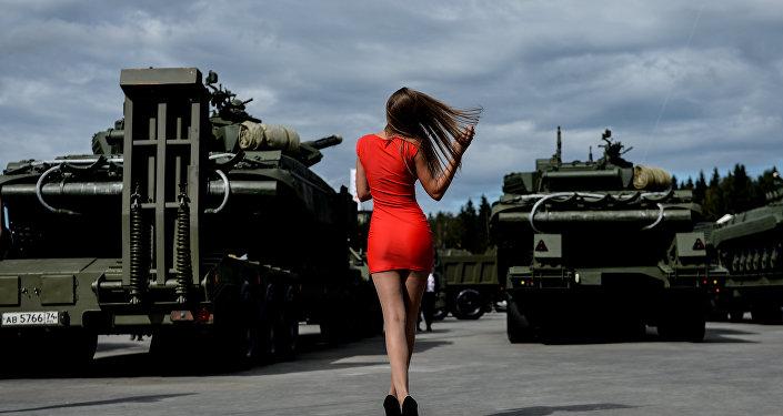 Посетительница на Международном военно-техническом форуме АРМИЯ-2016