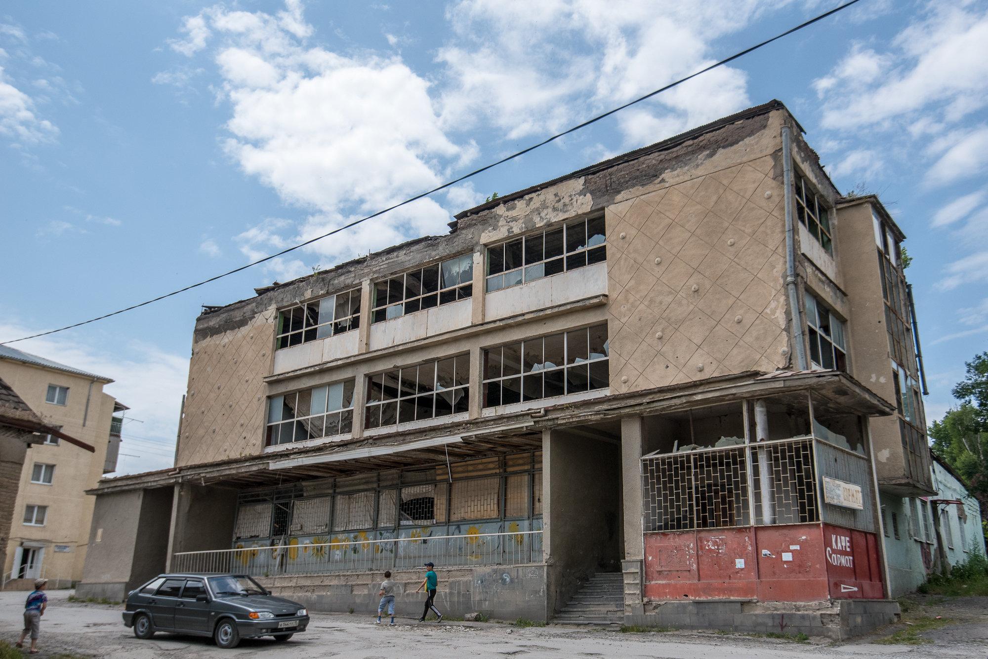 Разрушенное здание Детского мира в Цхинвале