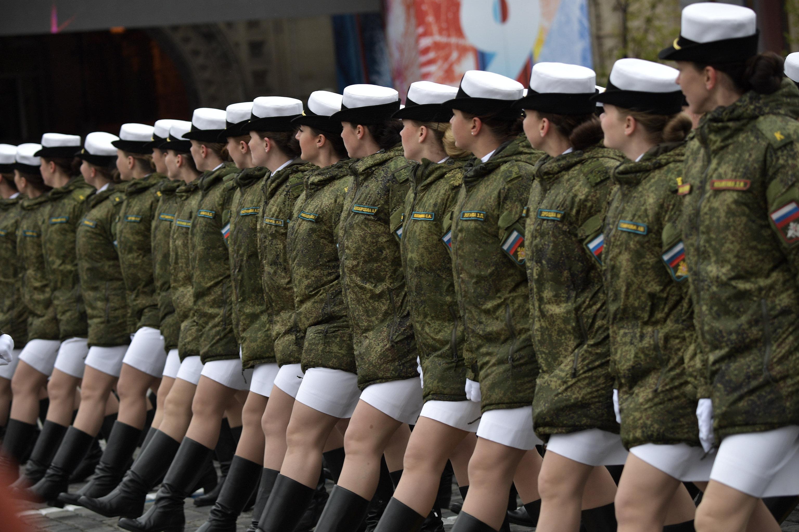 Cводный парадный расчет женщин-военнослужащих Военного университета министерства обороны РФ во время военного парада в Москве