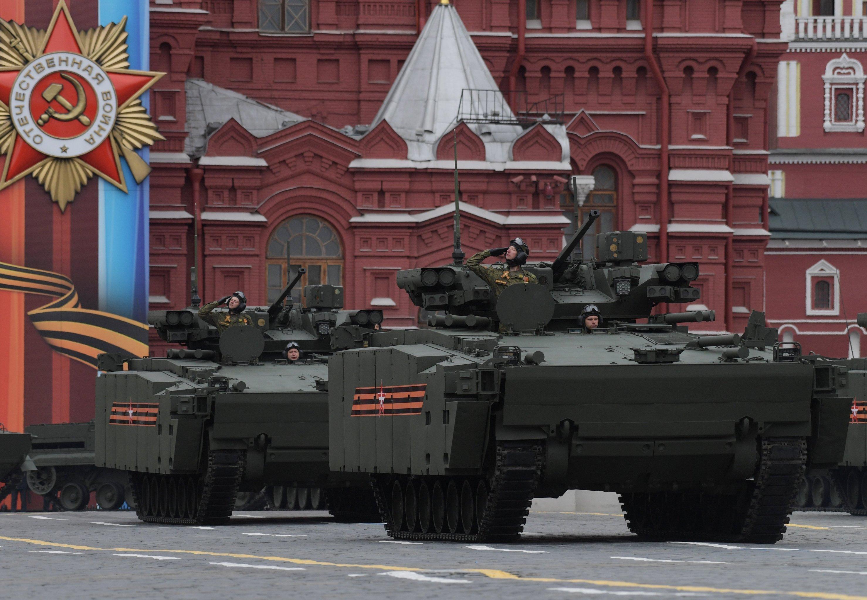 Боевая машина пехоты (БМП) на гусеничной платформе Курганец-25 на военном параде на Красной площади