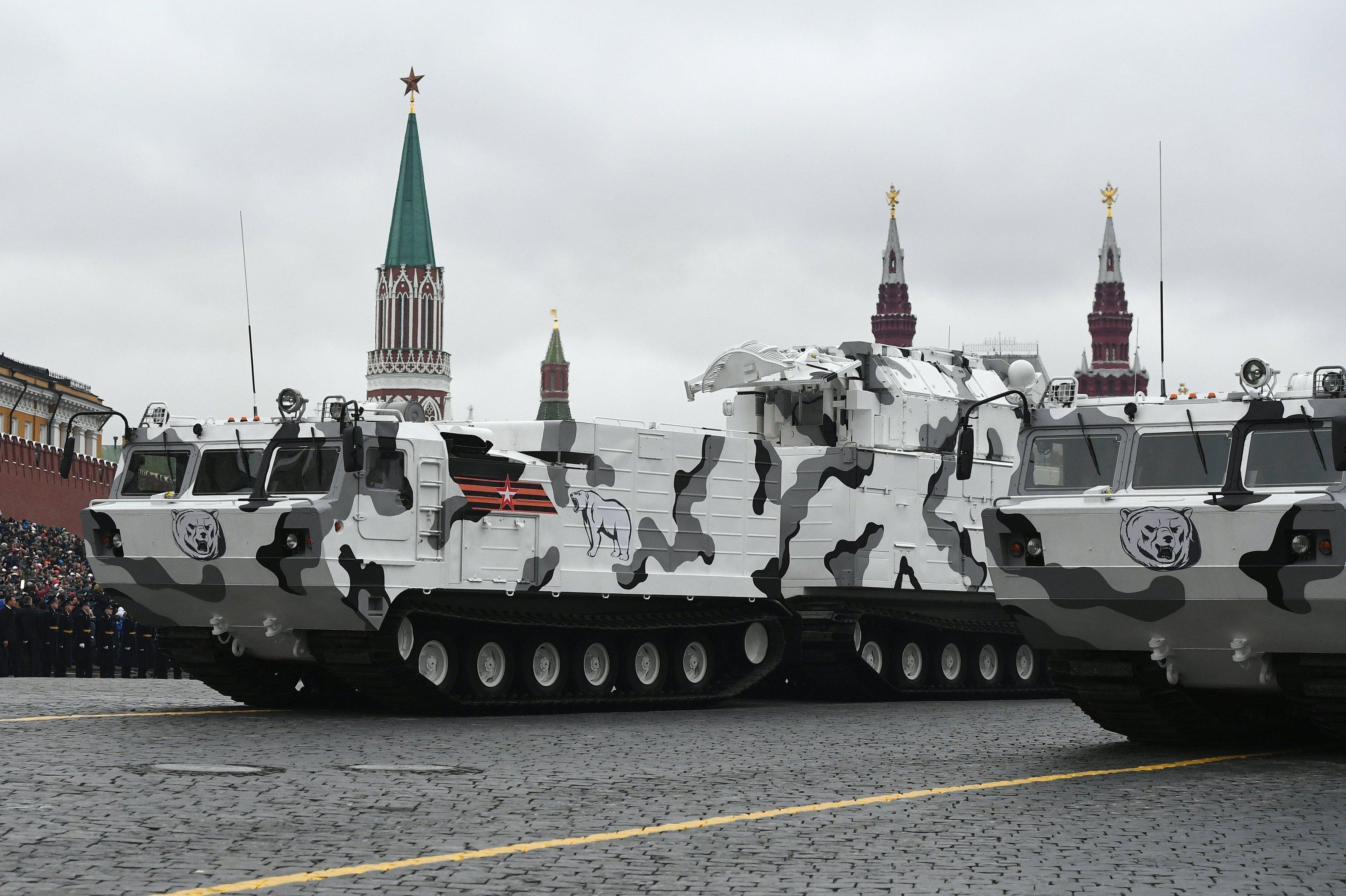 Зенитно-ракетный комплекс Тор М2 на базе вездехода ДТ-30 на военном параде на Красной площади