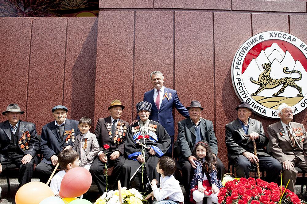 Президент Анатолий Бибилов с ветеранами