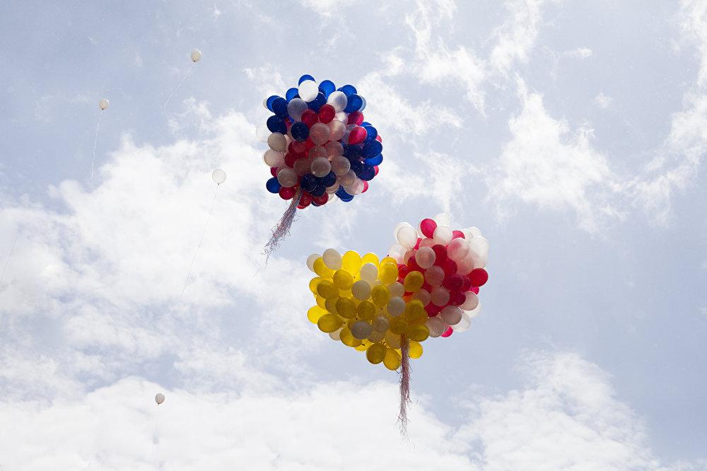 Шары с цветами флагов России и Южной Осетии запустили в небо в честь Дня Победы