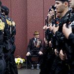 По площади маршируют бойцы ОМОН Южной Осетии