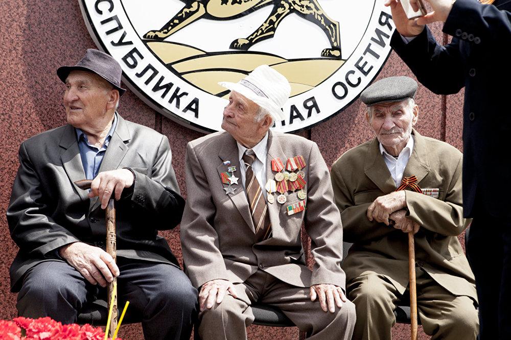 Ветераны на Театральной площади Цхинвала