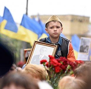 Участник акции Бессмертный полк в Киеве
