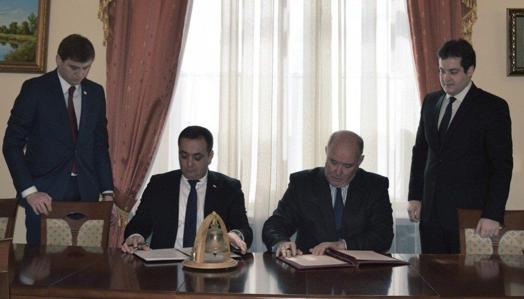Посол Южной Осетии Знаур Гассиев и замглавы МИД РФ Григорий Карасин подписывают соглашение о пенсиях