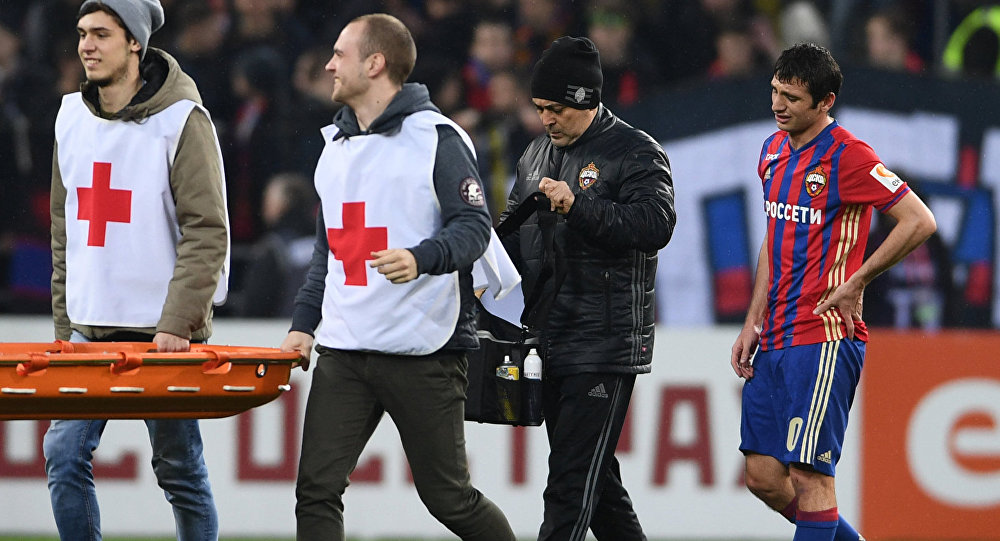 Бригада медиков сопровождает Алана Дзагоева в матче с Локомотивом