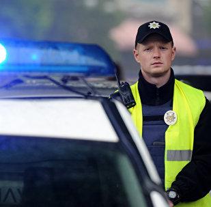 Сотрудник полиции около международного выставочного центра в Киеве, где состоится финал Евровидения