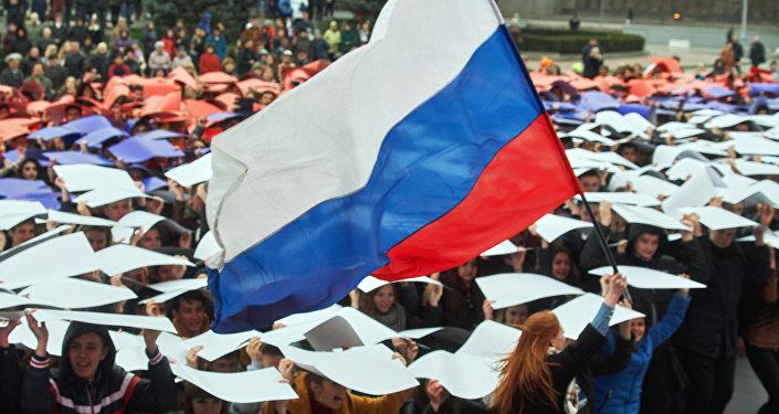 Молодые люди развернули живой флаг РФ во время флешмоба Горжусь Россией!