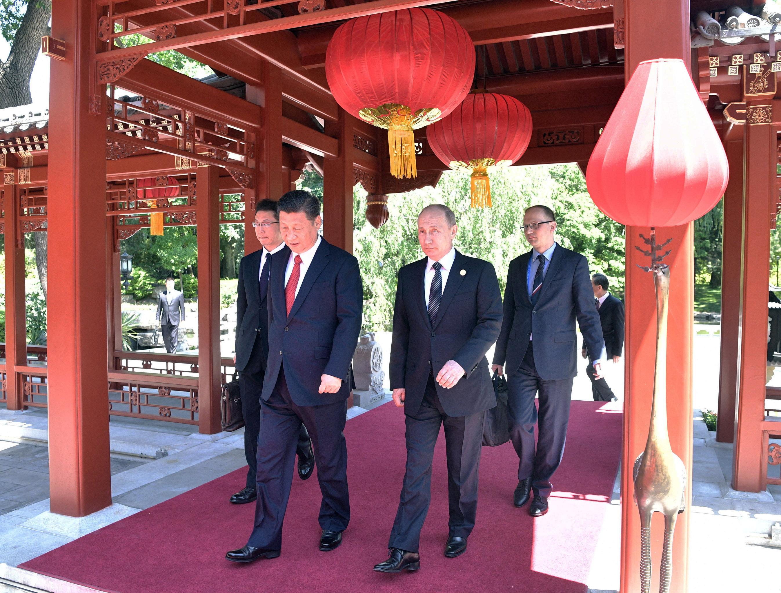 Президент РФ Владимир Путин и председатель Китайской Народной Республики Си Цзиньпин на совместной прогулке