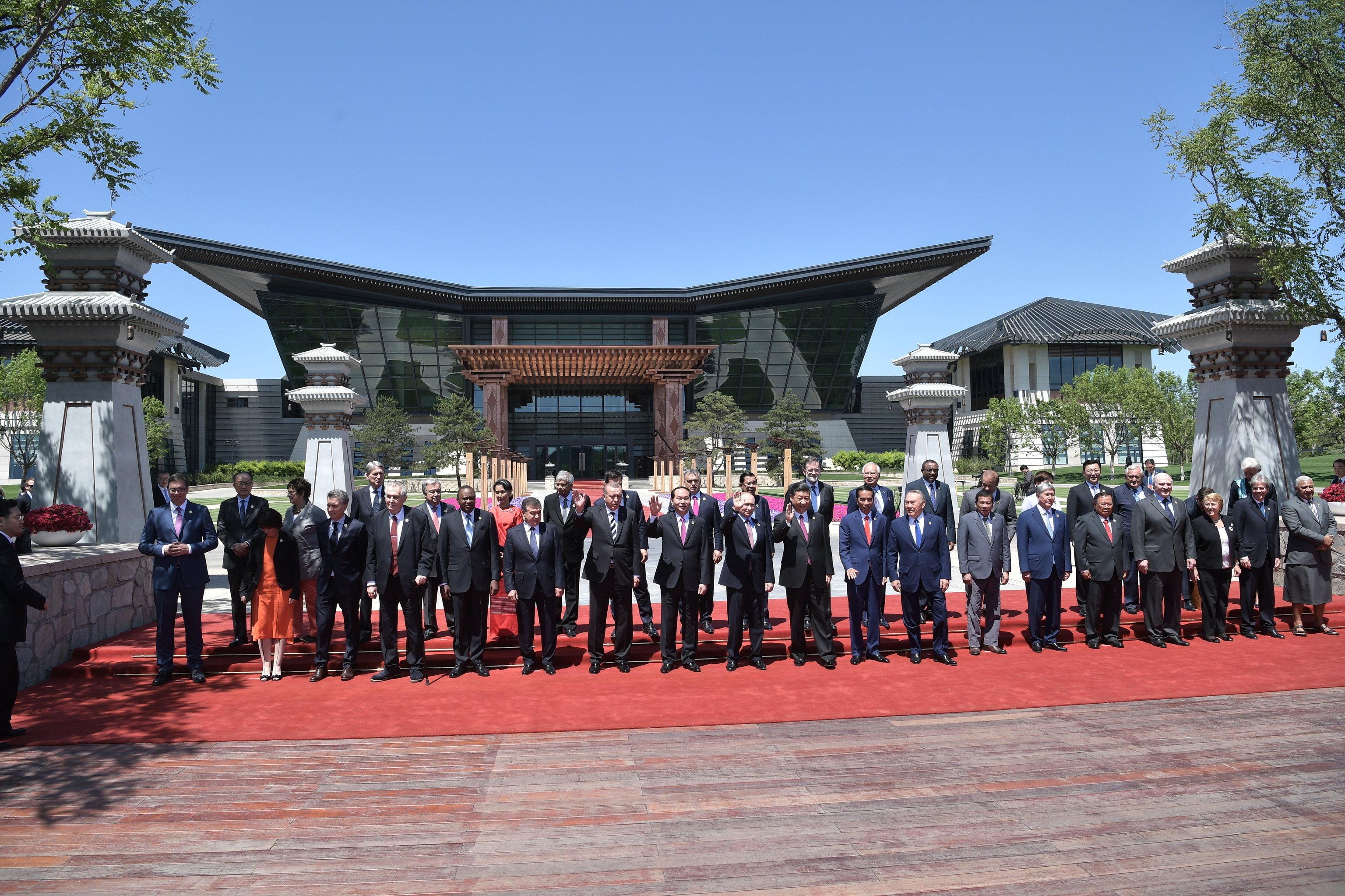 Президент РФ Владимир Путин принимает участие в церемонии совместного фотографирования участников круглого стола Международного форума Один пояс, один путь