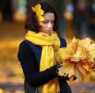 Девушка гуляет в Михайловском саду в Санкт-Петербурге