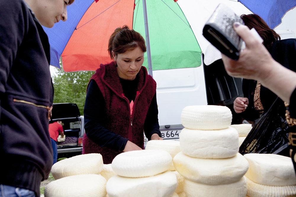 Продавцов осетинского сыра на рынке очень много