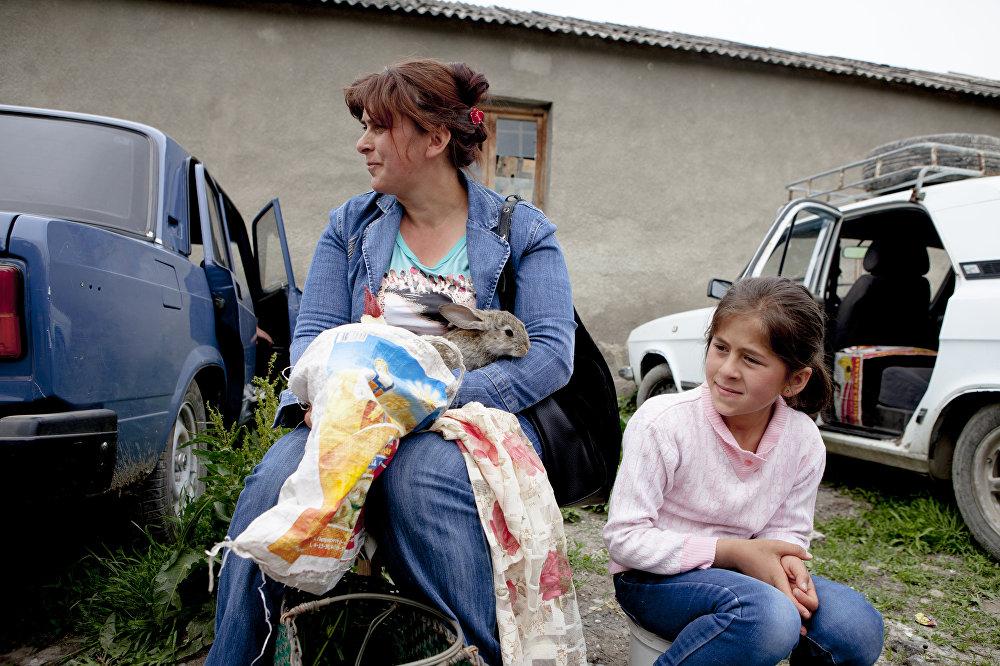 Мама с дочкой продают петуха и кроликов
